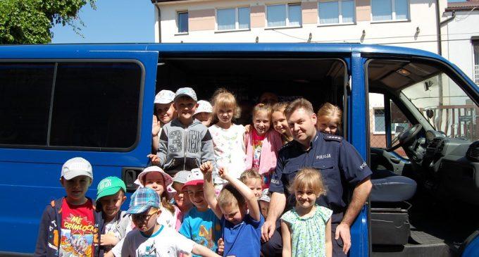 Policjanci odwiedzili przedszkolaków i czytali bajki o bezpieczeństwie