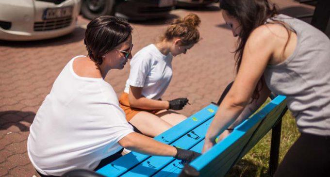Malowanie smutnych ławek przed MDK