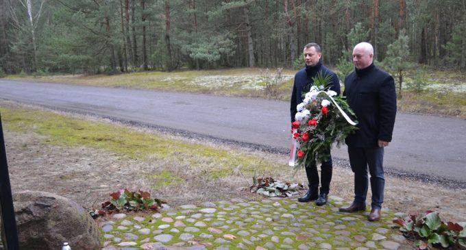"""Tłuszcz. Złożenie kwiatów pod pomnikiem """"Wolności i Solidarności"""" w Rudnikach"""